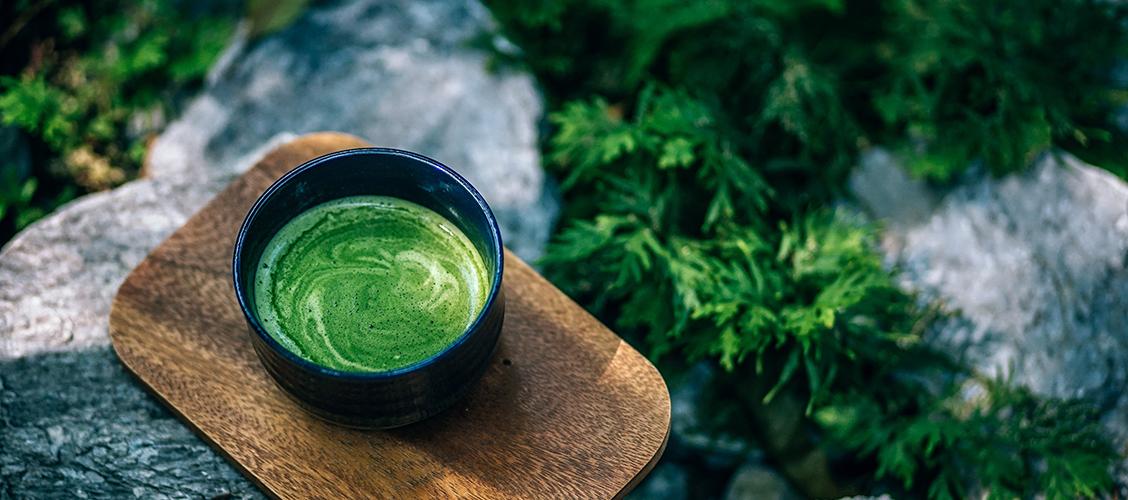 Matcha sisältää runsaasti enemmän ravintoaineita kun tavallinen vihreä tee. Lue miksi ja mitä ravinteita matcha tarkalleen sisältää!