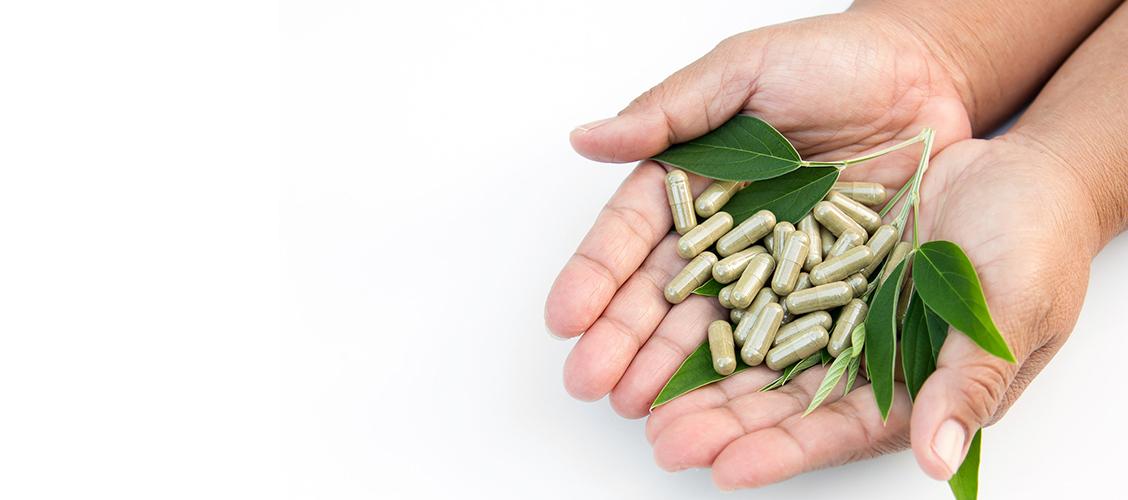 Vihreä tee kapselit on helppo tehdä itse matcha-teestä, joka on on jauhettu valmiiksi hienoksi jauheeksi. Matcha myös sisältää runsaasti antioksidantteja ja l-teaniinia, joten siitä ei tarvitse tehdä uutetta. Lue miten teet teekapseleita matchasta!