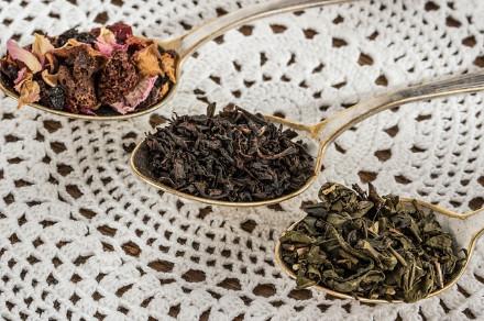 kolme eri teelaatua lusikoissa