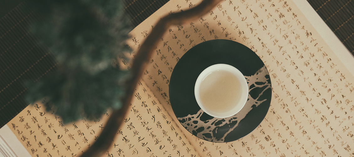 Tie Guan Yin on historiallinen tee, joka on muuttunut vasta viime vuosikymmeninä vehreämmäksi miedosti hapetetuksi oolongiksi. Tämä muutos heijastaa laajempaa vehreiden teelaatujen yleistymisen trendiä.