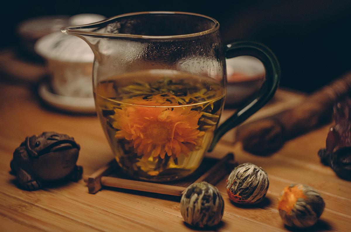 Kofeiinille herkkien kannattaa välttää teen juomista ennen nukkumaanmenoa, mutta useimmat teet sopivat myös niille, jotka eivät voi juoda kahvia.
