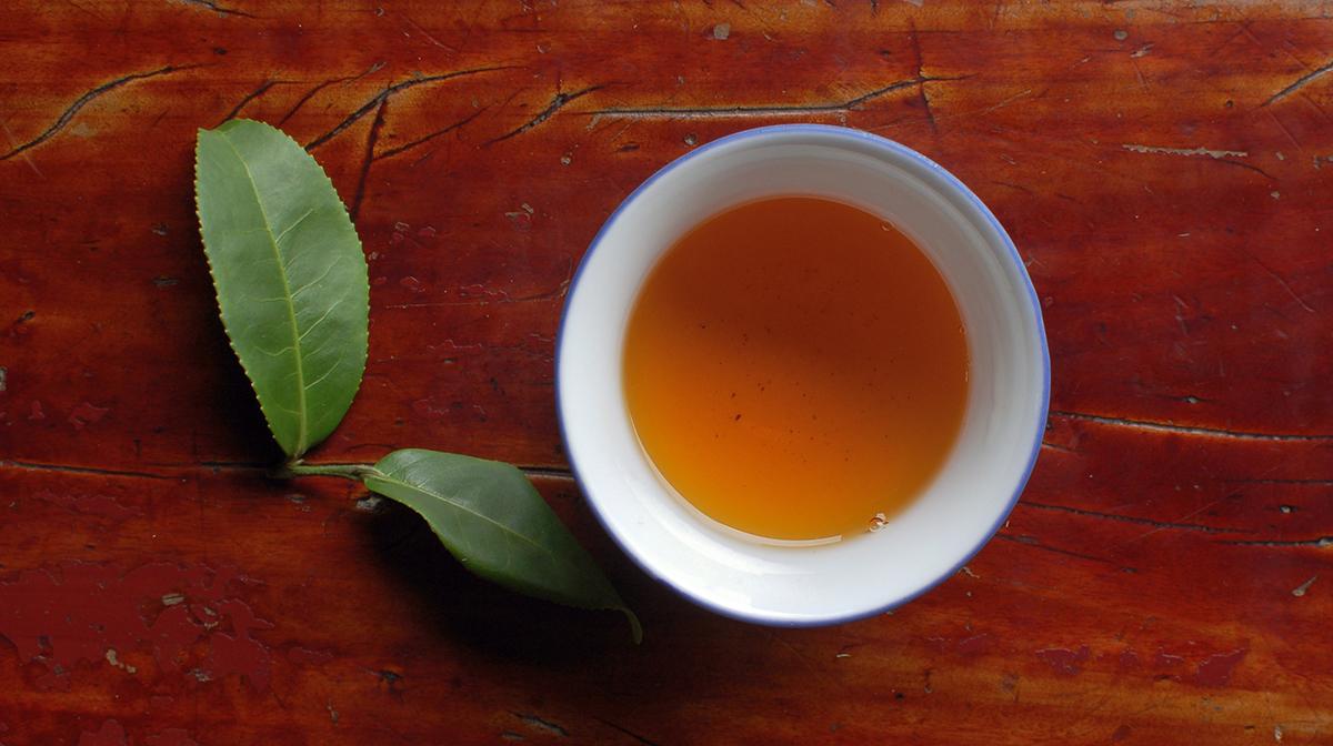 Tee sisältää vähemmän kofeiinia kuin kahvi ja piristää lempeästi. Toiset teelaadut sisältävät enemmän kofeiinia kuin toiset.