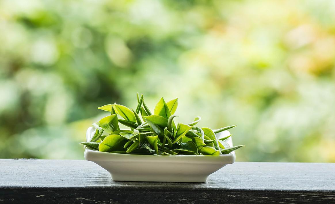 Hapettamaton vihreä tee on tutkimusten mukaan yksi terveellisimmistä teelaaduista. Vihreä tee valmistetaan niin, että suurin osa lehtien ainesosista säilyy ennallaan.